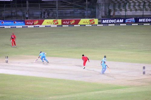 میچ کا فیصلہ کن لمحہ، یعنی عماد علی کے ہاتھوں حسن رضا کا رن آؤٹ، جس نے بازی لاہور ایگلز کے حق میں پلٹ دی (تصویر: Faysal Cricket)