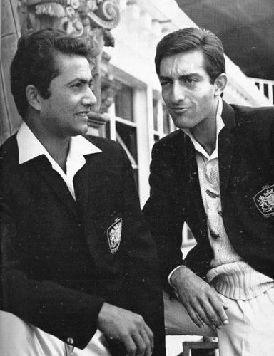 دو عظیم کھلاڑی حنیف محمد (بائیں) اور نواب منصور علی خان پٹودی (بائیں) 1965ء میں لارڈز کے تاریخی میدان میں (تصویر: The Cricketer International)