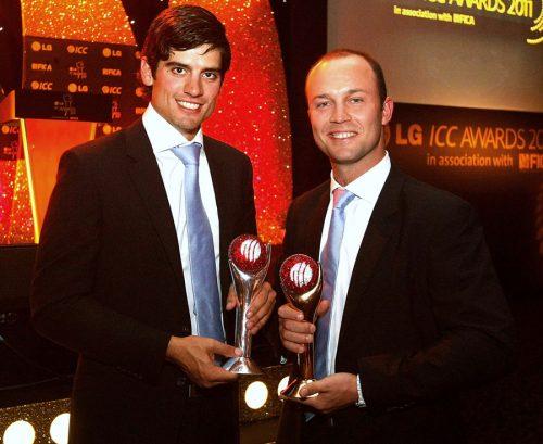 انگلستان کے ایلسٹر کک اور جوناتھن ٹراٹ بالترتیب سال کے بہترین ٹیسٹ کھلاڑی اور سال کے بہترین کھلاڑی کے اعزازات حاصل کرنے کے بعد مسرور (تصویر: Getty Images)