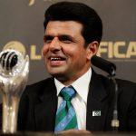 پاکستان کے علیم ڈار سال کے بہترین امپائر کا اعزاز حاصل کرنے کے بعد شرکاء سے گفتگو کر رہے ہیں (تصویر: Getty Images)