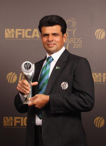 پاکستان کے علیم ڈار سال کے بہترین امپائر کا اعزاز حاصل کرنے کے بعد 'ڈیوڈ شیفرڈ ٹرافی' کے ہمراہ۔ انہوں نے یہ اعزاز مسلسل تیسری مرتبہ حاصل کیا ہے (تصویر: Getty Images)