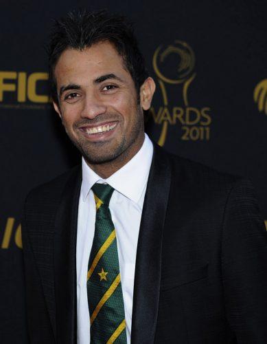 پاکستان کے تیز گیند باز وہاب ریاض آئی سی سی ایوارڈز 2011ء کی تقریب میں شرکت کے لیے آ رہے ہیں۔ وہ ابھرتے ہوئے بہترین کھلاڑی کے اعزاز کے لیے نامزد تھے (تصویر: AP)