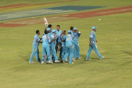 کراچی زیبراز کے کھلاڑی سنسنی خیز مقابلے میں فتح کے بعد خوشی سے سرشار (تصویر: Faysal Cricket)
