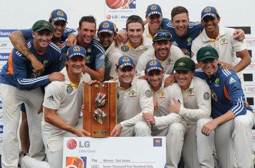 آسٹریلین ٹیم ایک یادگار سیریز فتح کے بعد ٹرافی کے ساتھ (تصویر: AFP)