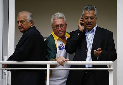 ظہیر عباس (دائیں) کی سابق کوچ باب وولمر (وسط) اور سابق چیئرمین شہریار خان (بائيں) کے ساتھ ایک یادگار تصویر (تصویر: Getty Images)