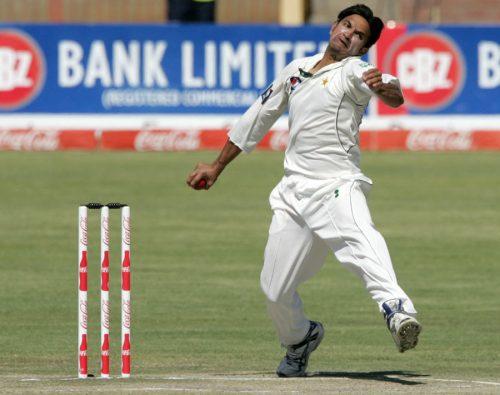 32 سال کی عمر میں ڈیبیو کرنے والے اعزاز چیمہ نے 8 وکٹیں حاصل کیں، یوں پاکستان کی جانب سے پہلے ٹیسٹ میں سب سے زیادہ وکٹیں لینے والے دوسرے باؤلر بن گئے (تصویر: AFP)