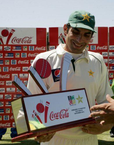 مصباح الحق سیریز ٹرافی کے ساتھ، اُن کی قیادت میں پاکستان ابھی تک کوئی ٹیسٹ سیریز نہیں ہارا (تصویر: AFP)