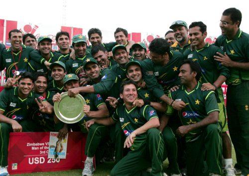 سیریز میں کلین سویپ کے بعد پاکستان کرکٹ ٹیم انعامی شیلڈ کے ساتھ خوشگوار موڈ میں (تصویر: AFP)