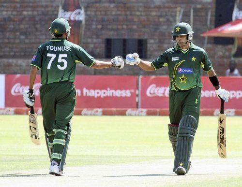 میچ کے بہترین کھلاڑی قرار پانے والے یونس خان اور محمد حفیظ نے پاکستان کی جانب سے 73 رنز کی سب سے بڑی شراکت قائم کی (تصویر: AP)
