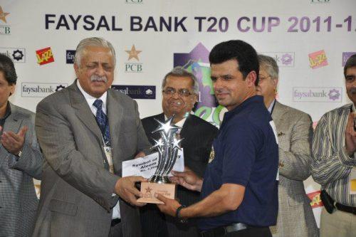 پاکستان کے مایہ ناز امپائر علیم ڈار کو تیسری مرتبہ دنیا کا بہترین امپائر بننے پر پاکستان کرکٹ بورڈ کی جانب سے ٹرافی دی گئی (تصویر: Faysal Cricket)