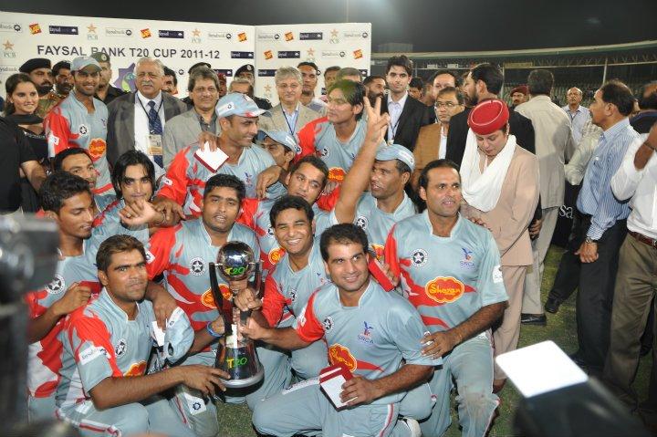 چھٹی مرتبہ قومی ٹی ٹوئنٹی چیمپئن بننے والے سیالکوٹ اسٹالینز ٹرافی کے ہمراہ (تصویر: Faysal Cricket)