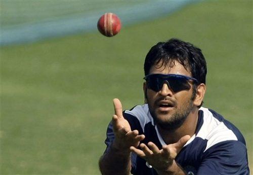 دھونی کی فٹنس قابل رشک لیکن بھارت کام کے دباؤ کے باعث انہیں زخمی کھلاڑیوں کی فہرست میں نہیں دیکھنا چاہے گا (تصویر: AP)