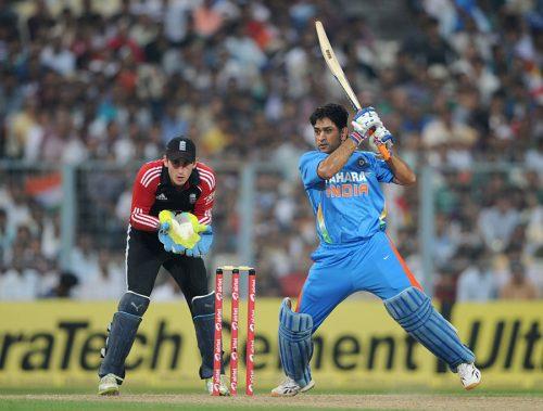انگلش گیند باز پوری سیریز میں مہندر سنگھ دھونی کو آؤٹ نہیں کر پائے (تصویر: Getty Images)