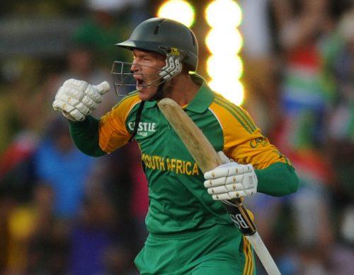 رسٹی تھیرون نے آخری اوور کی پہلی گیند کو میدان بدر کر کے جنوبی افریقی فتح کا اعلان کیا (تصویر: AP)