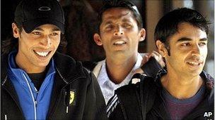 سلمان بٹ (دائیں)، محمد آصف (درمیان میں) اور محمد عامر (بائیں) بین الاقوامی کرکٹ کونسل کی جانب سے کم از کم پانچ سال کی پابندی بھگت رہے ہیں (تصویر: AP)