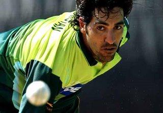 عمر گل نے دوسری اننگز کی پہلی گیند پر سری لنکا کو دھچکا پہنچا دیا، اور پاکستان کو بالاتر پوزیشن پر لاکھڑا کیا (تصویر: AFP)