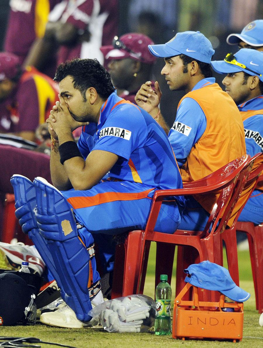 میچ کے اختتامی لمحات میں باؤنڈری لائن کے ساتھ بیٹھے پریشان حال بھارتی کھلاڑی، سب سے نمایاں روہیت شرما ہیں جو اس وقت میدان بدر ہوئے جب بھارت فتح سے 11 رنز کے فاصلے پر تھا (تصویر: AFP)