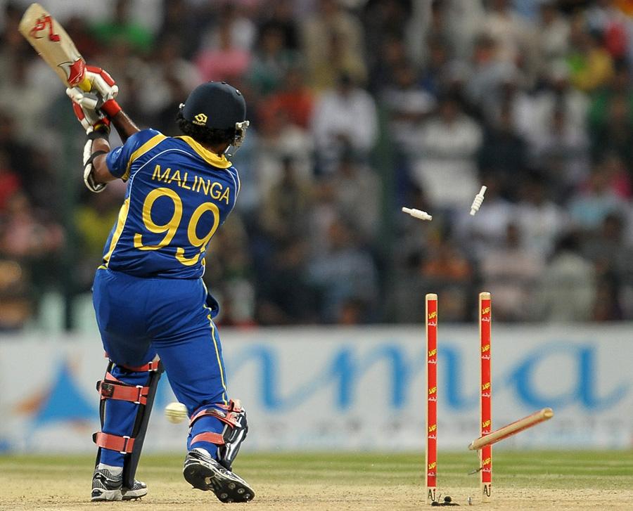 اعزاز چیمہ نے سری لنکا کی برق رفتار اننگز کو بریک لگا دیے (تصویر: AFP)