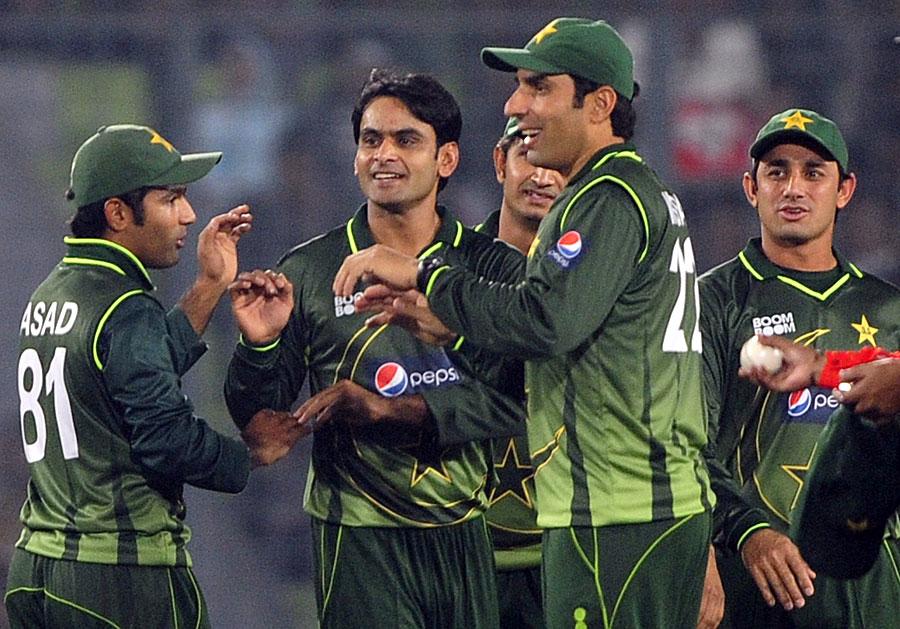 محمد حفیظ کی گیند بازی کی بدولت پاکستان نے دو اہم ترین حریف بلے بازوں کو ٹھکانے لگایا (تصویر: AFP)