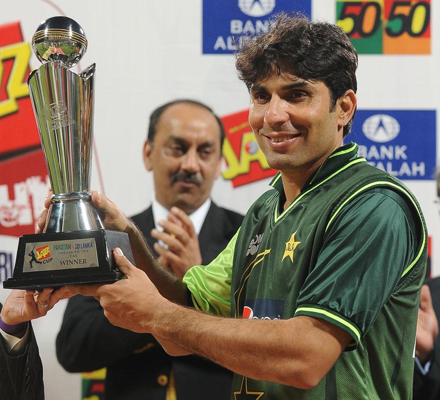 پاکستان کے کپتان مصباح الحق جیتی گئی ٹرافی کے ساتھ (تصویر: AFP)