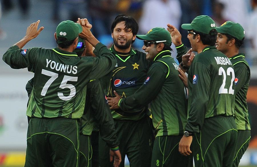 شاہد آفریدی نے بین الاقوامی کرکٹ میں واپسی کے بعد پہلے ہی اوور میں کامیابی سمیٹی اور بعد ازاں میچ کے بہترین کھلاڑی کا اعزاز بھی حاصل کیا (تصویر: AFP)