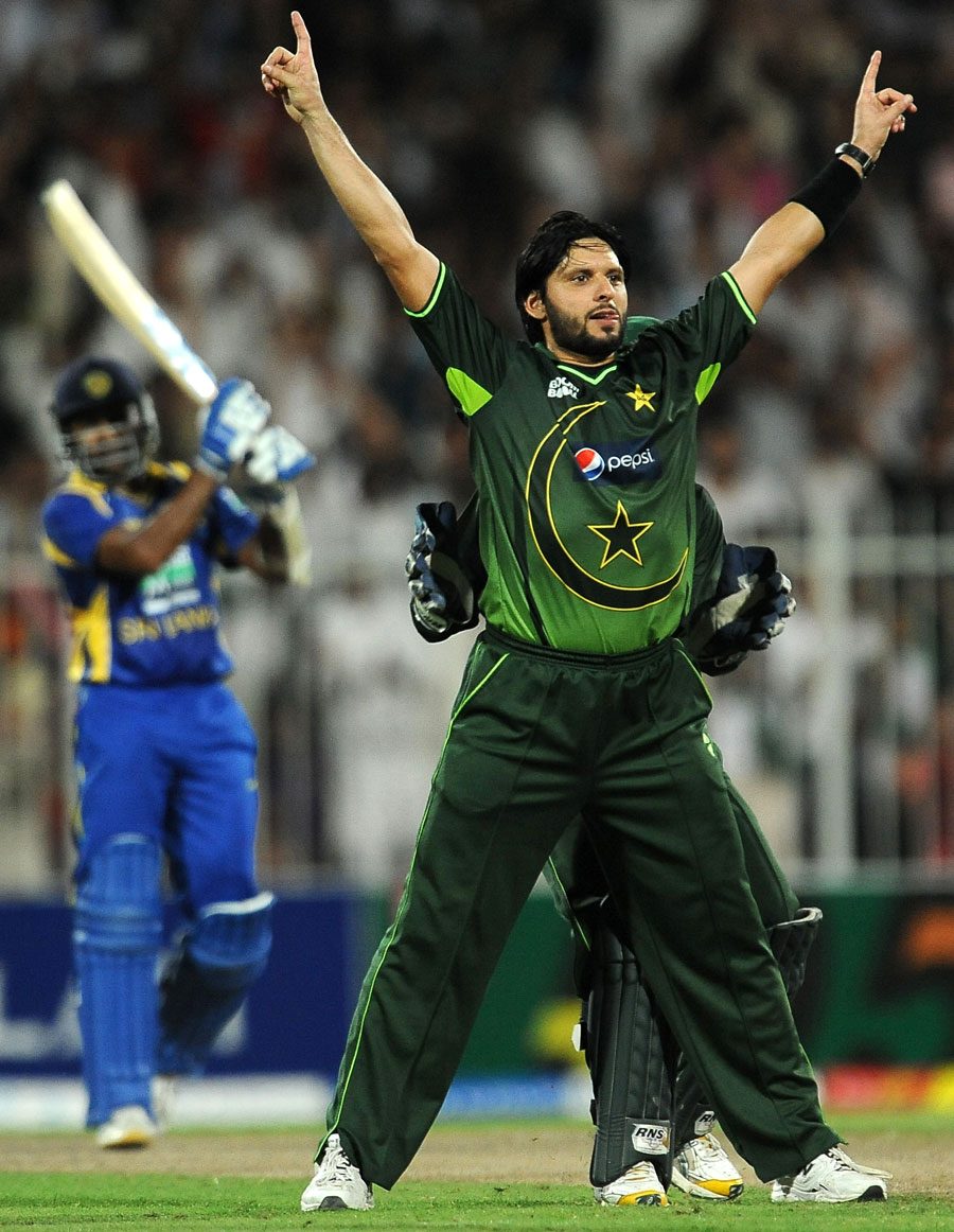 شاہد آفریدی کی بروقت اننگز اور بعد ازاں وکٹوں نے پاکستان کو ناقابل یقین فتح دلائی (تصویر: AFP)