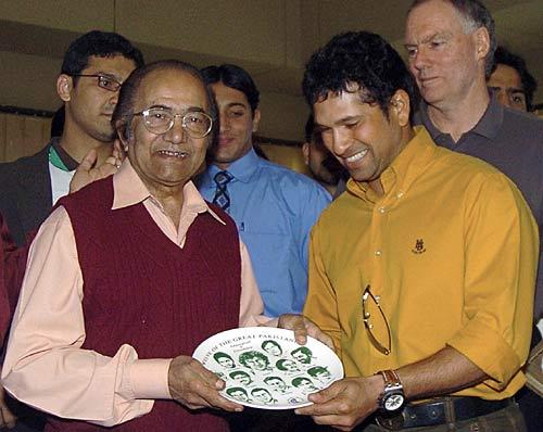 دو عظیم بلے باز اور 'لٹل ماسٹرز' سچن ٹنڈولکر (دائیں) 2006ء کے دورۂ پاکستان کے موقع پر حنیف محمد (بائیں) کو یادگاری شیلڈ پیش کر رہے ہیں (تصویر: AFP)