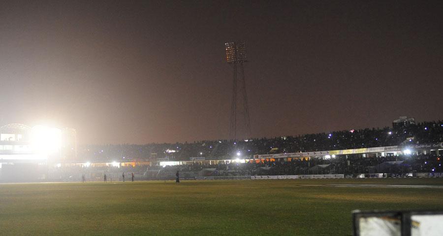 دسمبر 2011ء میں کھیلے گئے پاک بنگلہ ایک روزہ بین الاقوامی مقابلے کے دوران تکنیکی خرابی کے باعث فلڈ لائٹس بند ہو گئیں جس کی وجہ سے کھیل روک دیا گیا (تصویر: AFP)