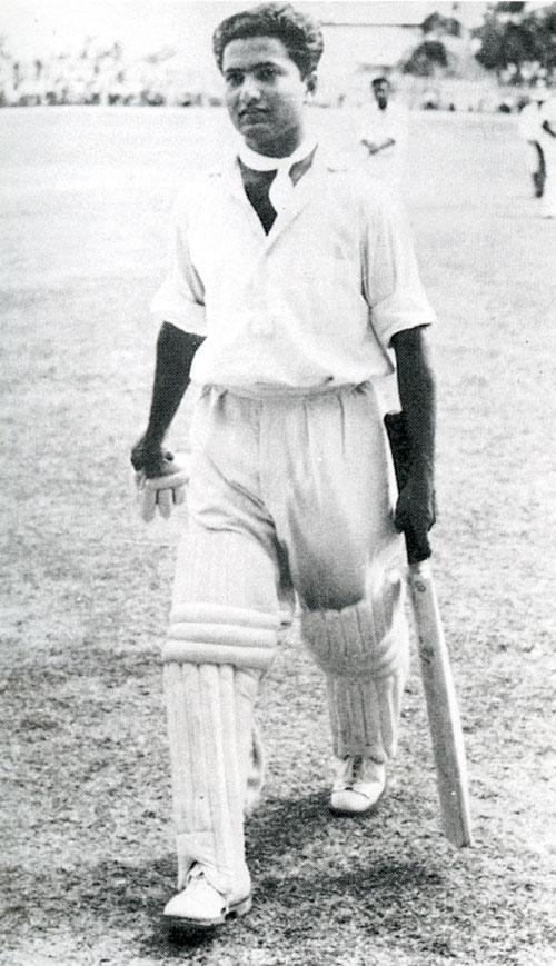حنیف محمد 337 رنز کی تاریخی اننگز کھیلنے کے بعد میدان سے واپس لوٹتے ہوئے۔ یہ کرکٹ کی تاریخ کی عظیم ترین اننگز میں شمار ہوتی ہے (تصویر: ESPNcricinfo)