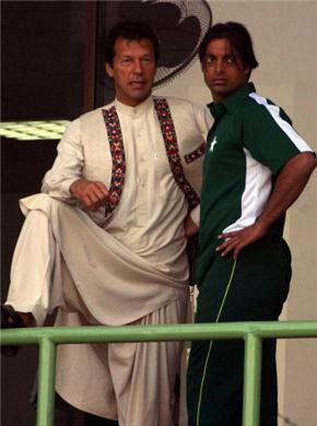 عظیم کپتان عمران خان نوجوان شعیب اختر کے ساتھ، ایک یادگار تصویر