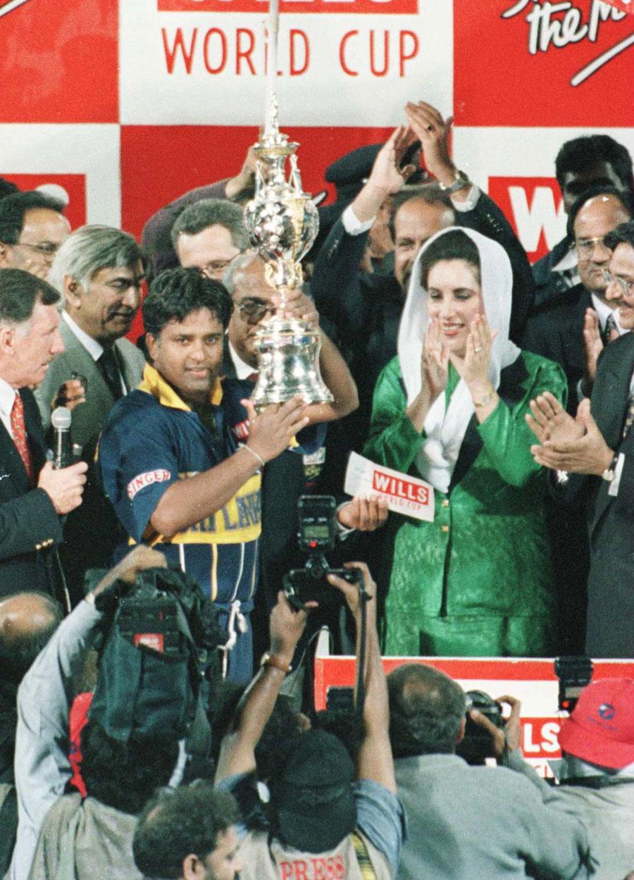 قذافی اسٹیڈیم، لاہور کی تاریخ کا سب سے بڑا میچ یعنی عالمی کپ 1996ء کا فائنل۔ سری لنکا کے کپتان ارجنا راناٹنگا پاکستان کی اُس وقت کی وزیر اعظم بے نظیر بھٹو سے عالمی اعزاز حاصل کرتے ہوئے (تصویر: Getty Images)