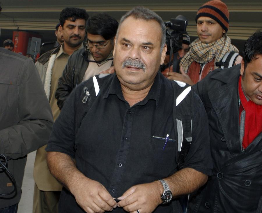 ڈیو واٹمور لاہور کے بین الاقوامی ہوائی اڈے سے باہر آ رہے ہیں (تصویر: AP)