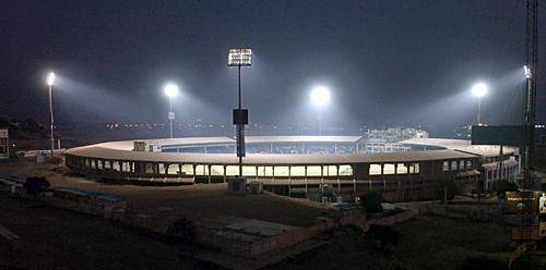 برقی قمقموں کی روشنی سے جگمگاتا کراچی کا نیشنل اسٹیڈیم، جو پاکستان کا دوسرا سب سے بڑا کرکٹ میدان ہے (تصویر: Getty Images)