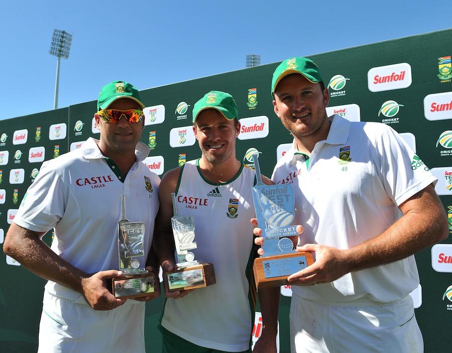 جنوبی افریقہ کے کپتان گریم اسمتھ (دائیں) سیریز ٹرافی جبکہ ابراہم ڈی ولیئرز (درمیان) سیریز کے اور ژاک کیلس (بائیں) میچ کے بہترین کھلاڑی کے اعزاز کے ساتھ (تصویر: Getty Images)