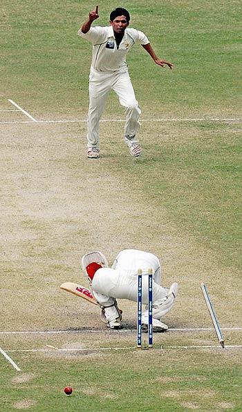 """""""جھک جائیے مہاراج!"""" نیشنل اسٹیڈیم کی یادگار ترین تصاویر میں سے ایک۔ 2006ء میں پاک-بھارت ٹیسٹ کے دوران محمد آصف کے ہاتھوں سچن ٹنڈولکر کے بولڈ ہونے کا منظر (تصویر: AFP)"""
