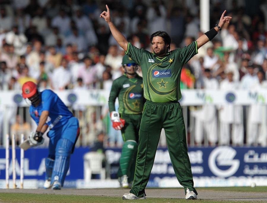 شاہد آفریدی کی گیند بازی افغان بلے بازوں کے لیے کافی مشکل ثابت ہوئی (تصویر: AFP)