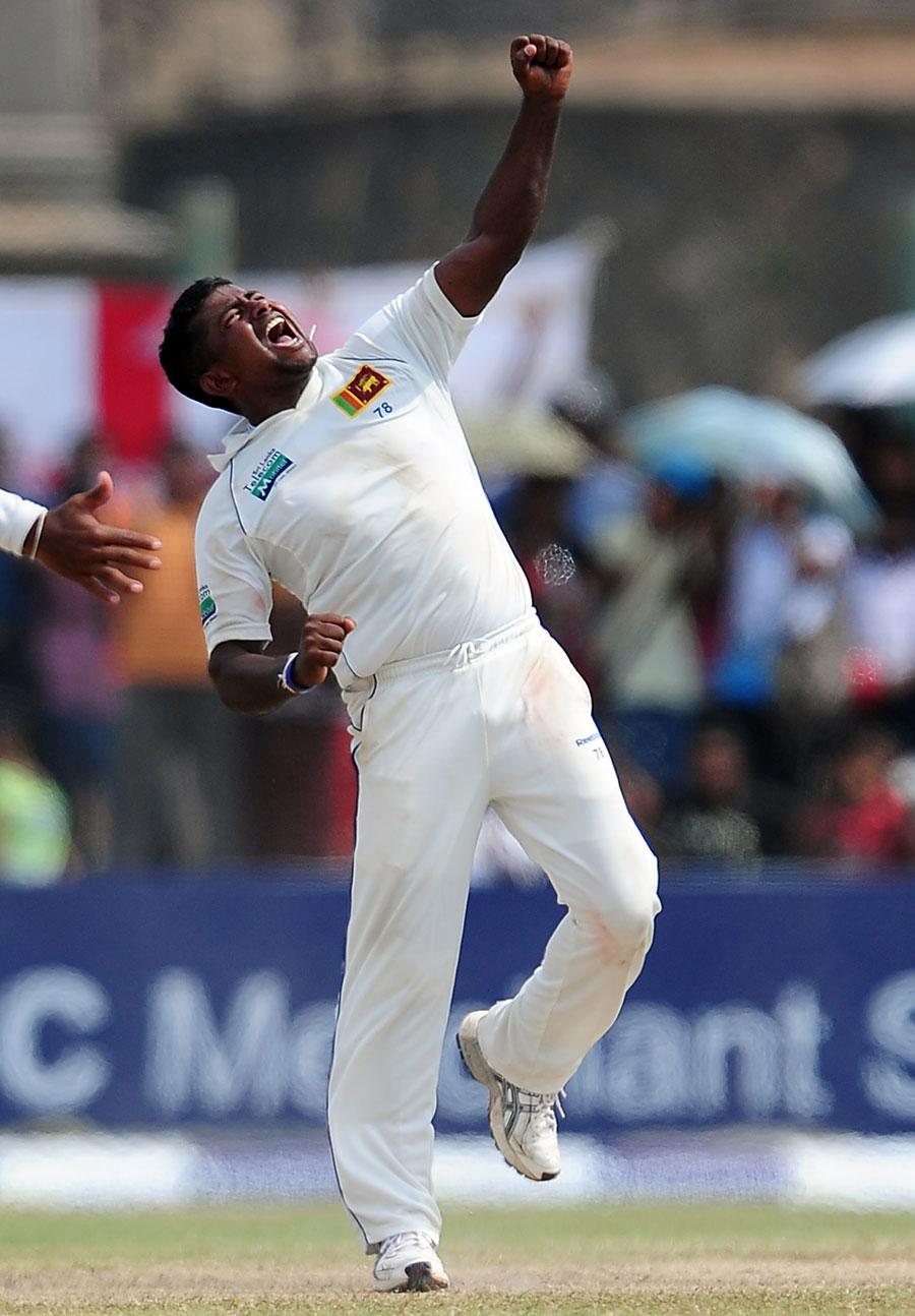 مددگار پچ پر ہیراتھ کی گیندوں اور سری لنکن فیلڈرز کی پھرتی نے انگلستان کو چکرا کر رکھ دیا (تصویر: AFP)