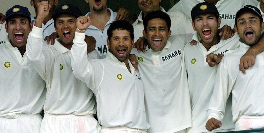 خوشی سے دمکتے بھارتی ٹیم کے چہرے، دائیں سے بائیں وریندر سہواگ، یووراج سنگھ، انیل کمبلے، سچن تنڈولکر، راہول ڈریوڈ اور وی وی ایس لکشمن (تصویر: AFP)