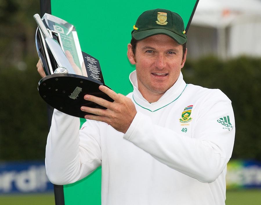 آخری ٹیسٹ میں مایوس کن کارکردگی بھی جنوبی افریقہ کو سیریز جیتنے سے نہ روک سکی، کپتان گریم اسمتھ سیریز ٹرافی کے ساتھ (تصویر: Getty Images)