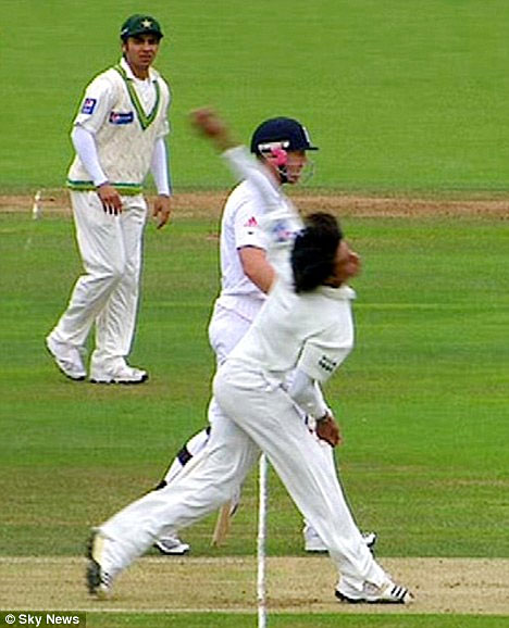 محمد عامر 2010ء میں جان بوجھ کر نو بال پھینکنے کے جرم کے مرتکب ٹھیرے اور اب پانچ سال کی پابندی بھگت رہے ہیں (تصویر: Sky Sports)