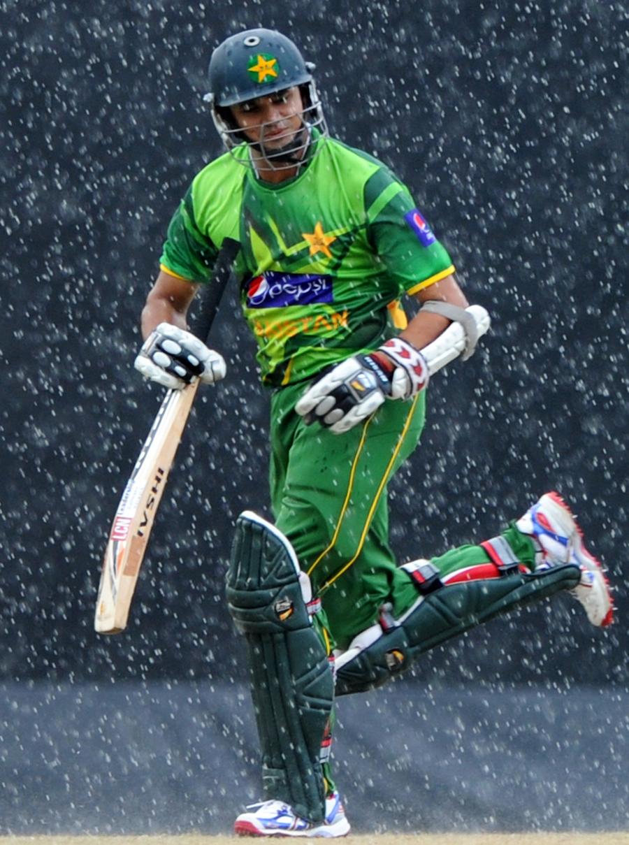 بارش کے باعث اظہر علی میدان سے باہر جاتے ہوئے (تصویر: AFP)