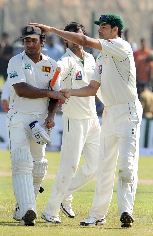 پاکستانی کھلاڑی عمر گل آخری وکٹ گرنے کے بعد بدقسمت سنگاکارا کی دلجوئی کرتے ہوئے (تصویر: AFP)