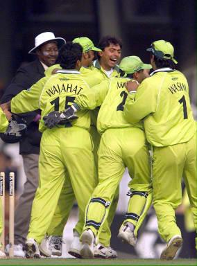 11 جون 1999ء، اوول کا میدان اور پاکستان کے کھلاڑی ثقلین مشتاق کی یادگار ہیٹ ٹرک کا جشن مناتے ہوئے (تصویر: AFP)
