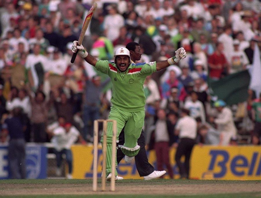 جاوید میانداد اس تاریخی فتح کا جشن مناتے ہوئے، جس کی بدولت پاکستان 1992ء کے عالمی کپ کے فائنل میں پہنچا (تصویر: Getty Images)