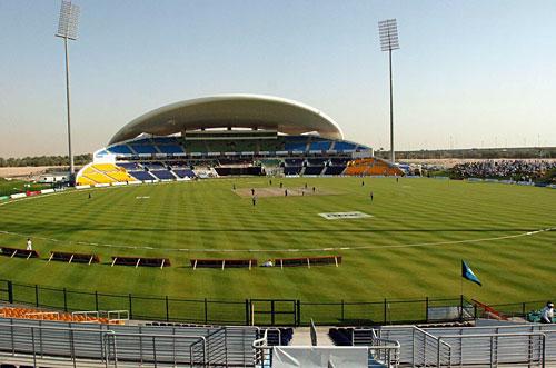 متحدہ عرب امارات کے میدان عالمی معیار کے ضرور ہیں لیکن موسم گرما میں یہاں دن میں کھیلنا تقریبا ناممکن ہے (تصویر: AFP)