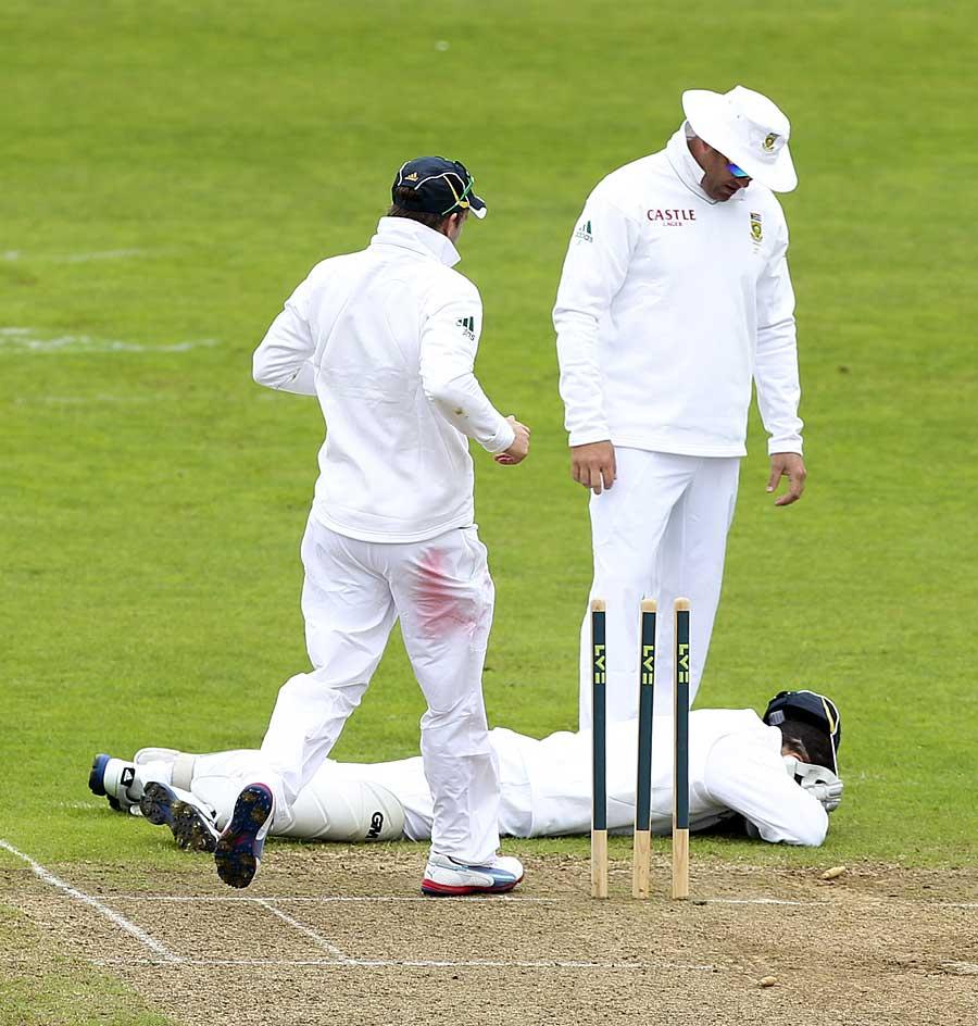 گیند لگنے کے بعد مارک باؤچر زمین پر لیٹے ہوئے (تصویر: Getty Images)