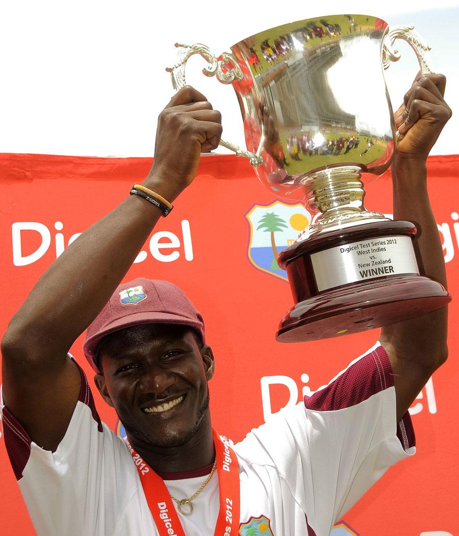 ڈیرن سیمی ایک یادگار سیریز جیتنے کے بعد فاتح ٹرافی کے ہمراہ (تصویر: Digicelcricket.com)