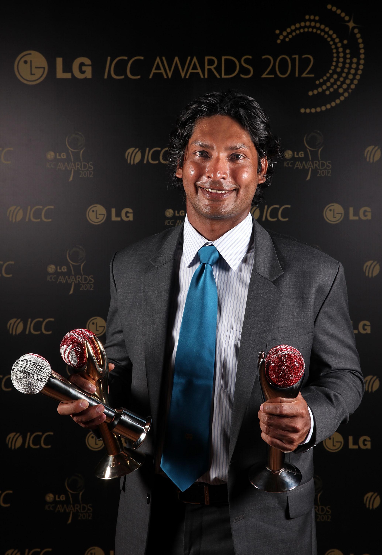 کمار سنگاکارا اپنے تینوں اعزازات کے ساتھ، مجموعی طور پر یہ شام میزبان سری لنکا کے نام رہی (تصویر: Getty Images/ICC)