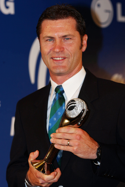 """سائمن ٹوفل 2004ء سے 2008ء تک مسلسل پانچ سالوں تک """"سال کے بہترین امپائر"""" قرار دیے گئے (تصویر: Getty Images)"""