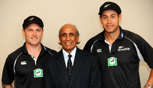 نیوزی لینڈ کے کپتان روز ٹیلر (دائیں) اور بلے باز برینڈن میک کولم (بائیں) خالد عباد اللہ کے ساتھ (تصویر: New Zealand Black Caps)